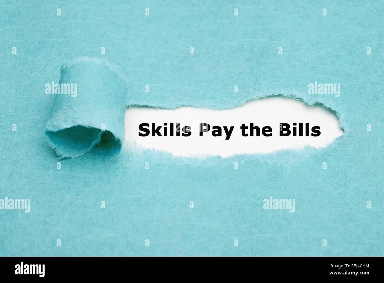 Gedruckte Textfähigkeiten Bezahlen Sie die Rechnungen, die hinter zerrissenem blauem Papier erscheinen. Stockfoto