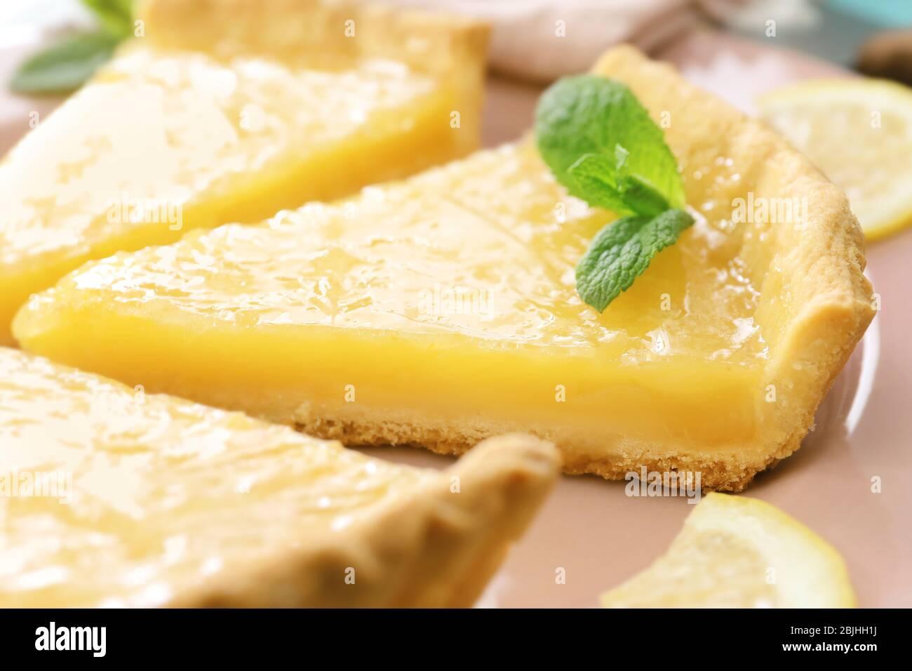Stücke Zitronenkuchen auf Teller serviert Stockfoto