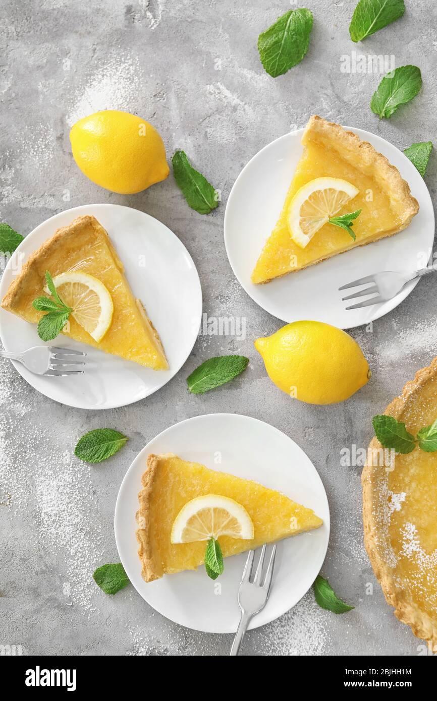 Leckere hausgemachte Zitronenkuchen auf Tellern serviert Stockfoto
