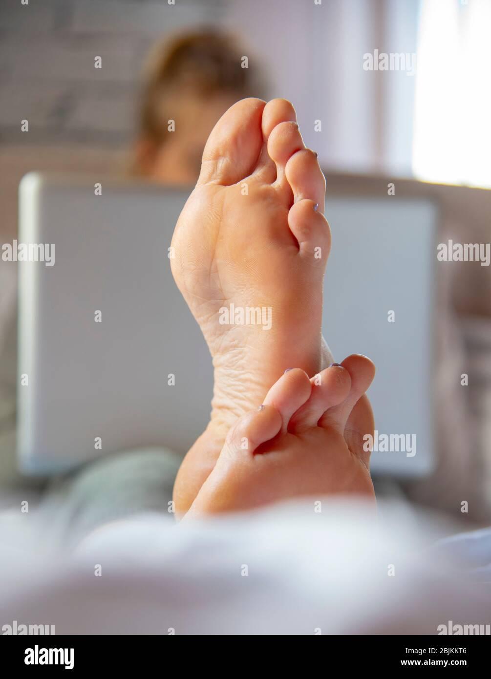 Niedlich Teen Mädchen Kitzeln Füße