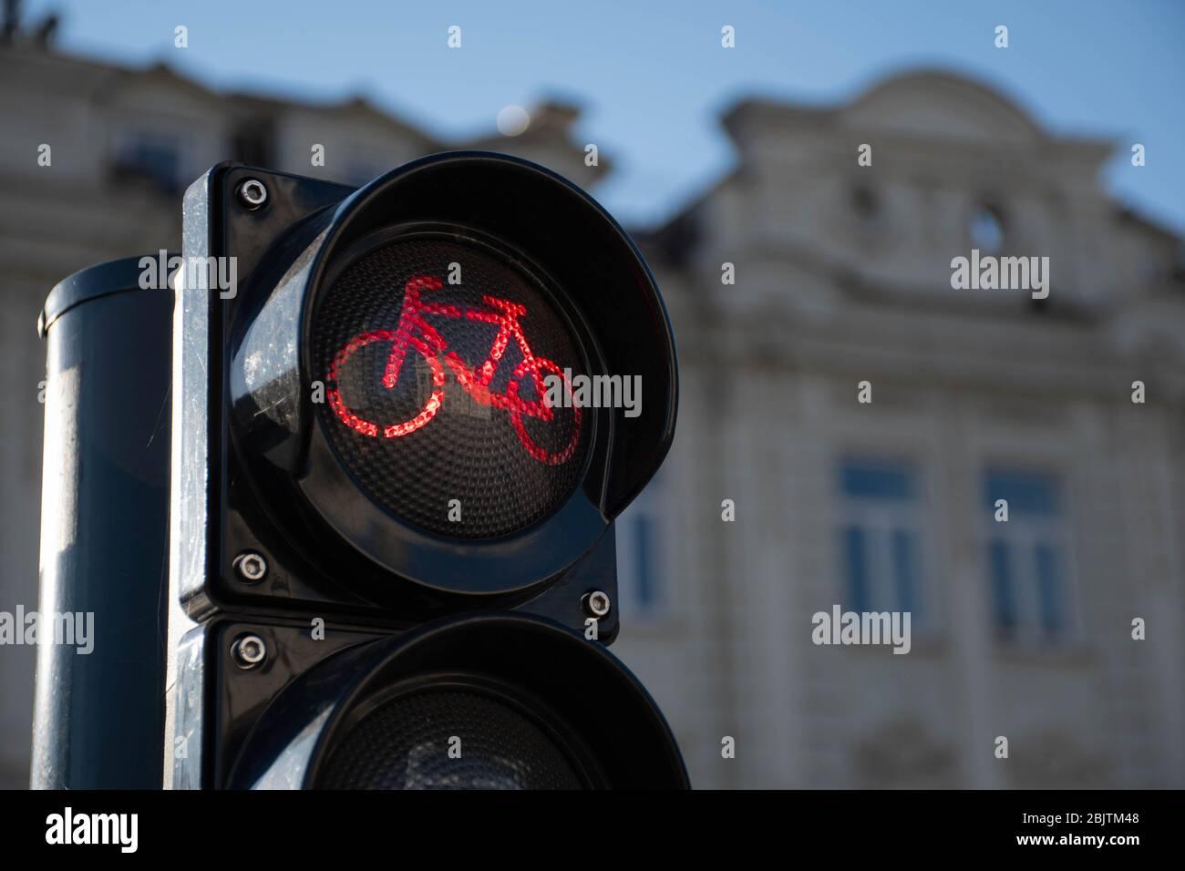 Nachhaltiger Verkehr. Fahrrad-Verkehrszeichen, rotes Licht, Rennrad, kostenlose Fahrrad-Zone oder Bereich, Fahrrad teilen Stockfoto