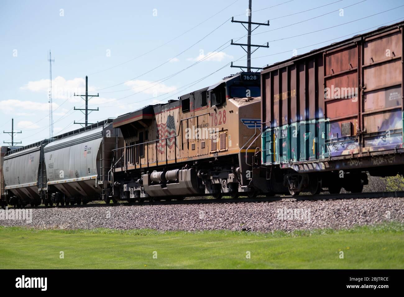 Genf, Illinois, USA. Eine Hilfslokomotive im Mittelzug hilft einem Paar Lokomotiven auf der Front, einen Güterzug zu versorgen. Stockfoto