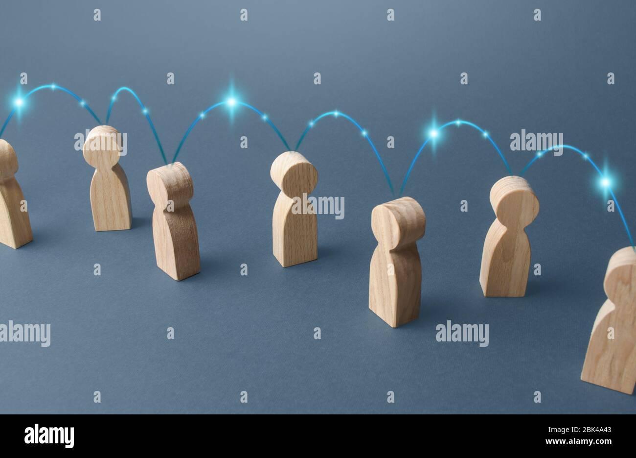 Menschen sind durch eine Kette von Verbindungen verbunden. Kommunikation und Informationsübertragung. Zusammenarbeit, Zusammenarbeit. Produktionskette, Kunden und Co Stockfoto