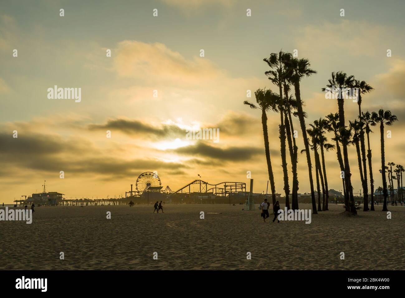 Blick auf Santa Monica Pier bei Sonnenuntergang, Santa Monica, Los Angeles, Kalifornien, Vereinigte Staaten von Amerika, Nordamerika Stockfoto