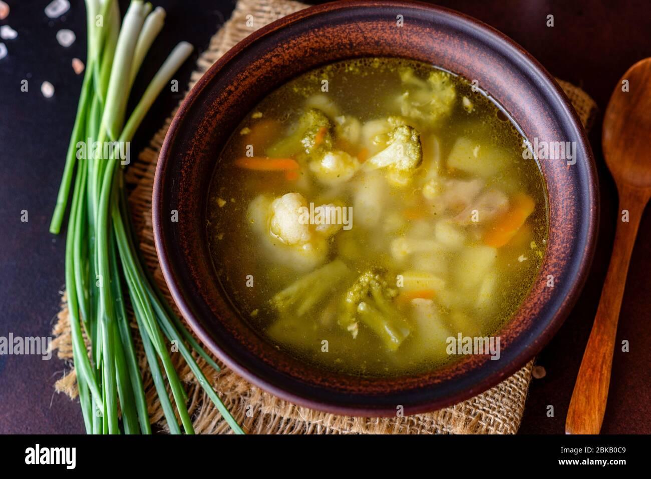 Frische vegane Suppe mit Brokkoli, Blumenkohl, Spargel und Karotten. Nützliche gesunde vegane Lebensmittel Stockfoto