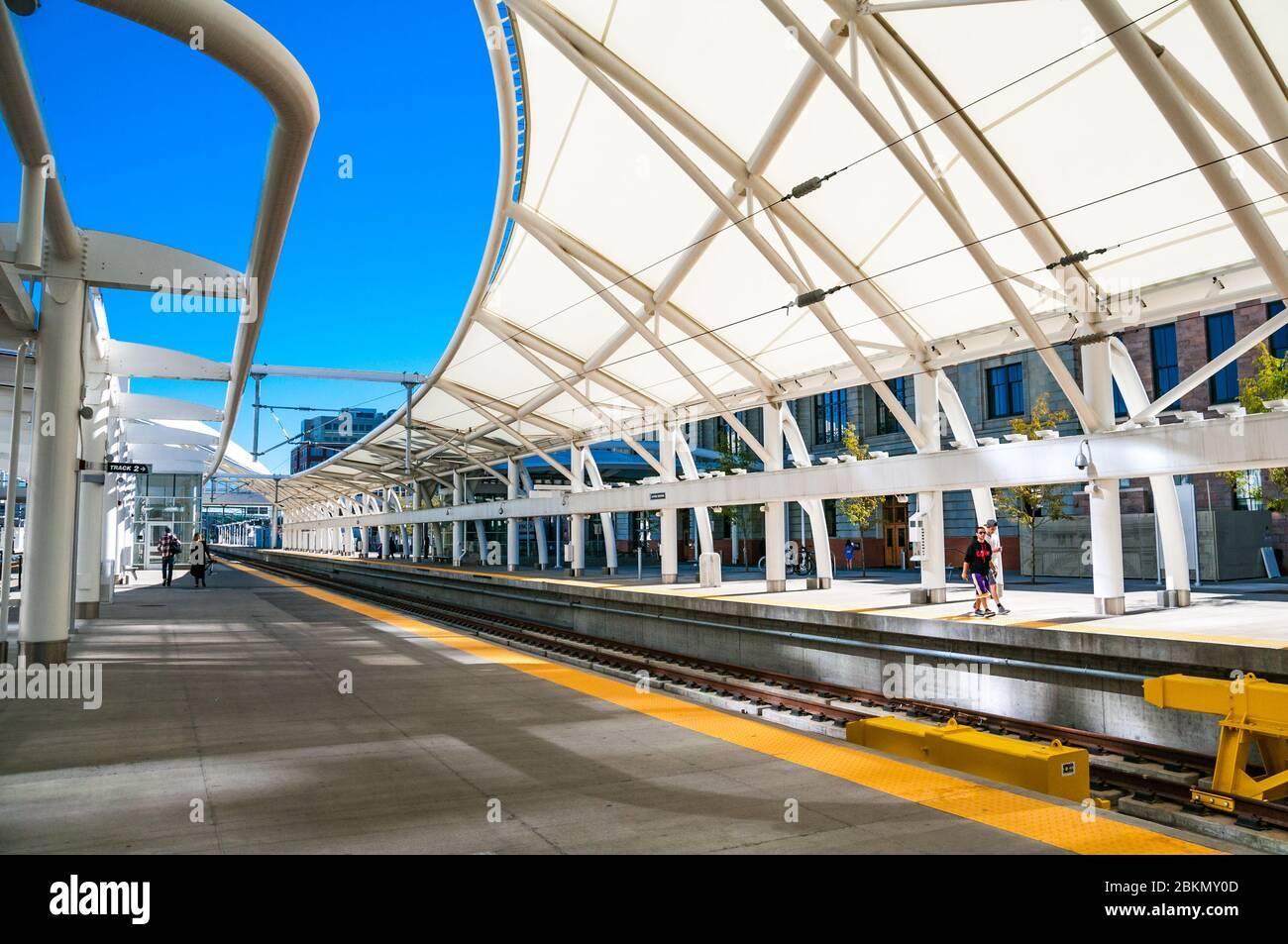 Menschen zu Fuß auf die Plattform an der Union Station. Denver, Colorado, USA. Stockfoto