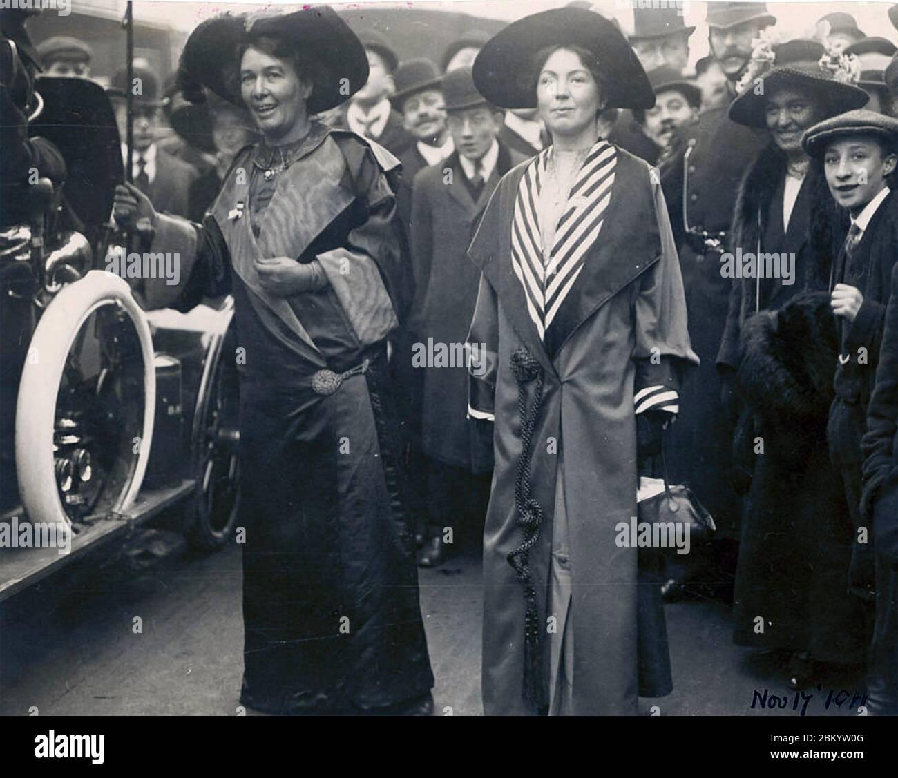 CHRISTABEL PANKHURST rechts mit ihrer Mutter Emmeline. Das Foto der Frauenrechtlerinnen ist auf den 17. November 1911 datiert. Stockfoto