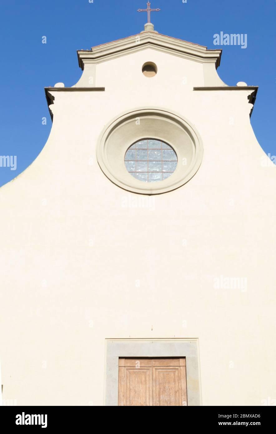 Detail der minimalistischen weißen Fassade der Kirche Santo Spirito in Florenz, Toskana, Italien Stockfoto
