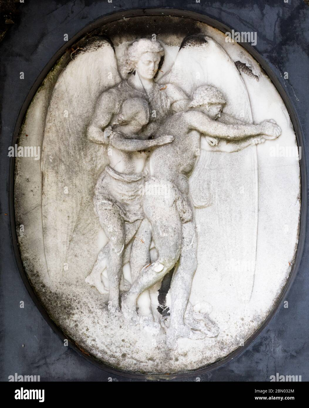 """Bas-Relief von zwei Figuren auf einem Grab in Brompton Cemetery, Kensington, London eingeschnitten; einer der """"Magnificent Seven"""" London Friedhöfe, erbaut 1840 Stockfoto"""