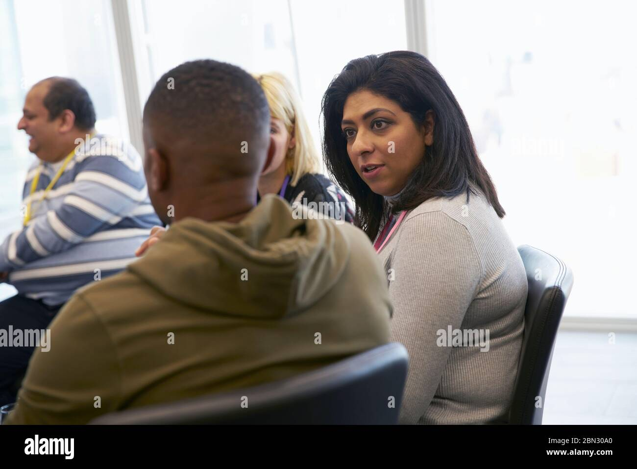 Geschäftsleute in Zimmer Tagung sprechen Stockfoto