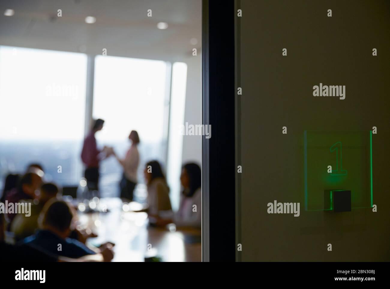 Geschäftsleute in Zimmer Tagung Stockfoto