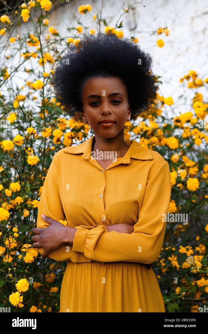 gelbes und schwarzes kleid stockfotos und -bilder kaufen - alamy