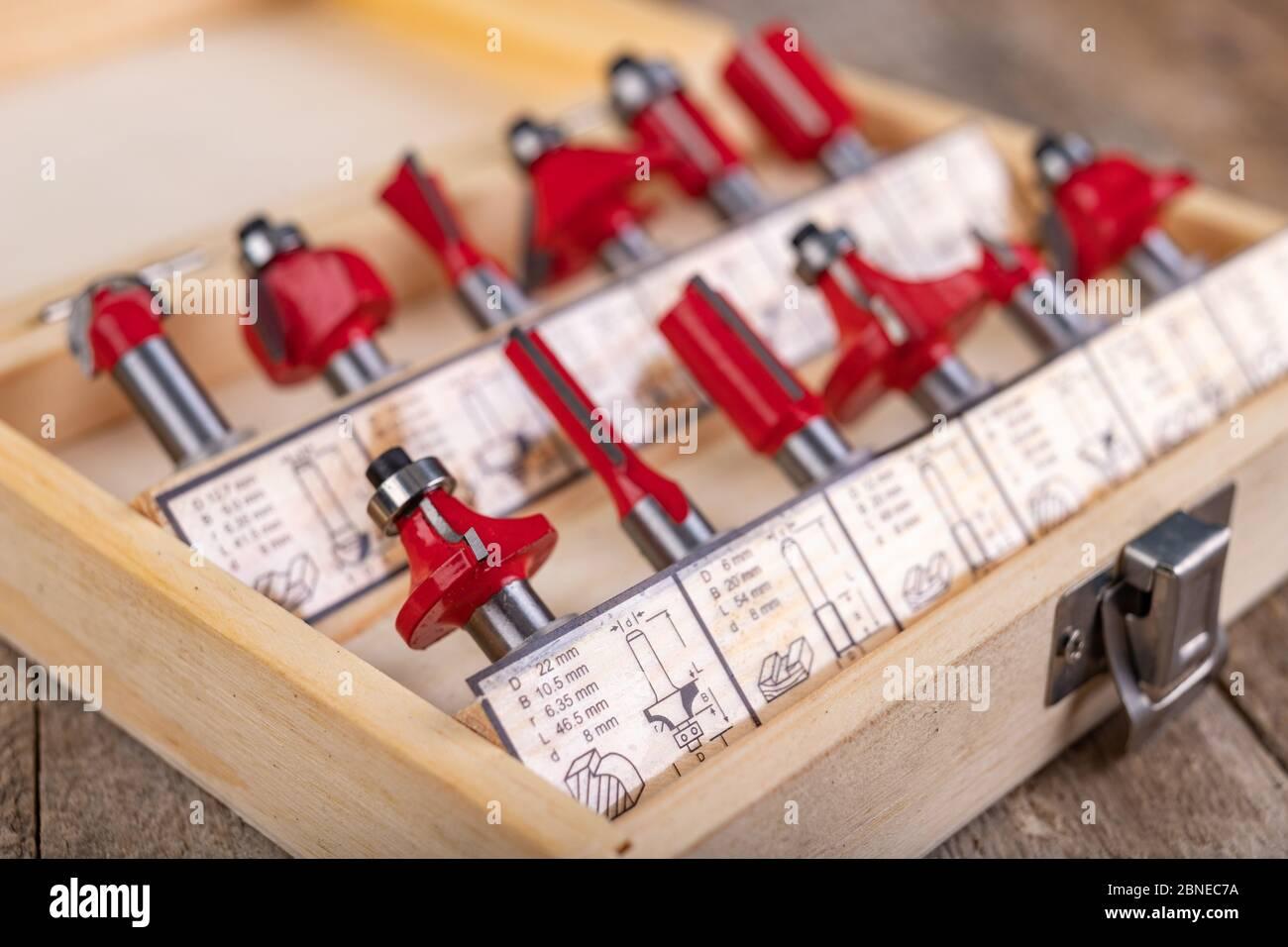 Zimmerei Schneider in einer Holzkiste angeordnet. Holzbearbeitung Zubehör in einer Tischlerei. Heller Hintergrund. Stockfoto
