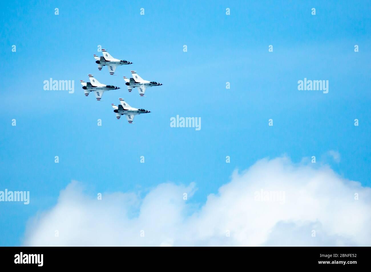 Sioux Falls, SD, USA 17. August 2019 Air Show mit der US Air Force F16C gegen Falcons, Thunderbirds in einem blauen Himmel mit Kopierraum Stockfoto