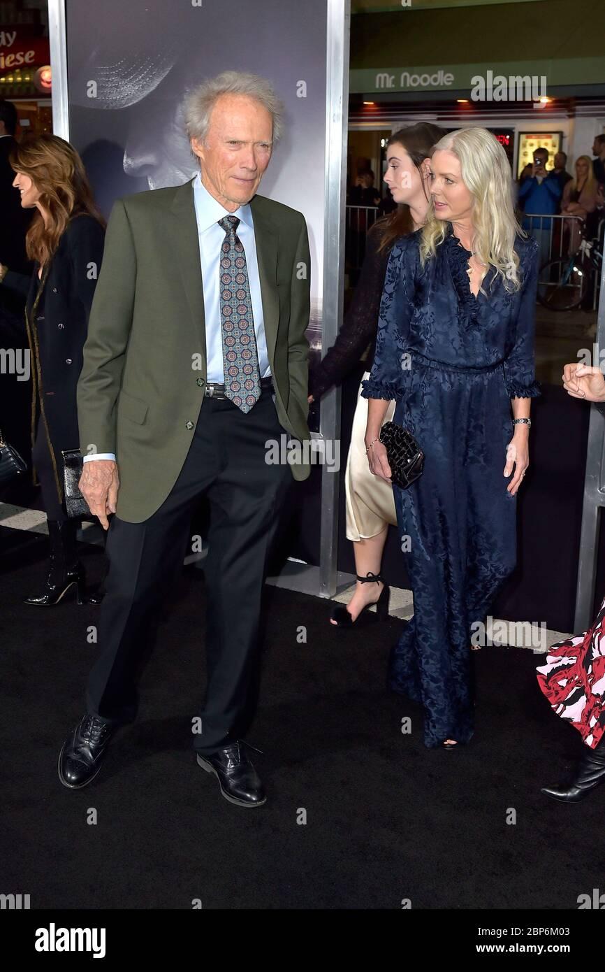 "Westwood, USA. Dezember 2018. Clint Eastwood mit Freundin Christina Sandera bei der Weltpremiere des Films ""The Mule"" im Regency Village Theatre. Westwood, 12/10/2018 Quelle: dpa/Alamy Live News Stockfoto"