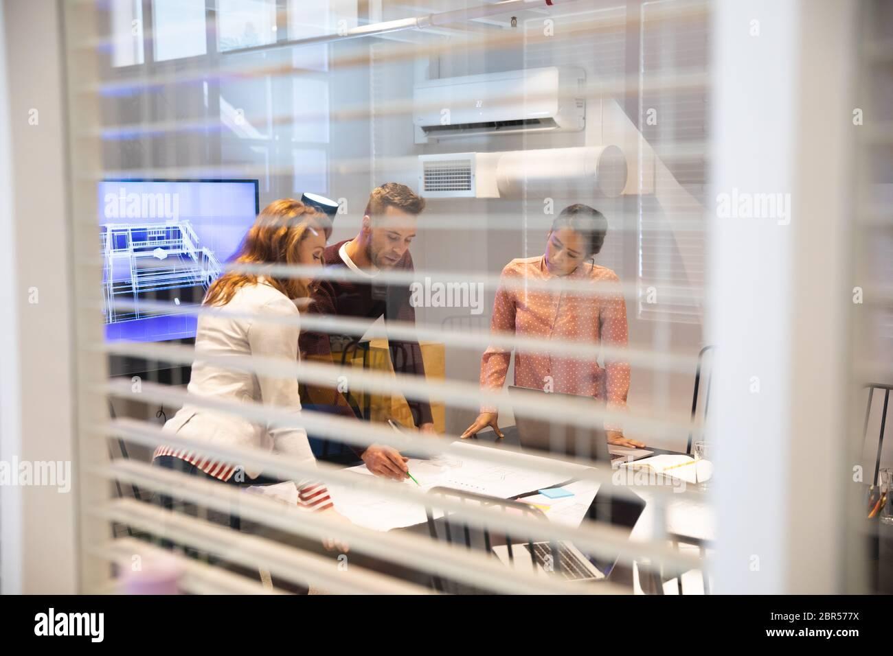 Business kreative Menschen arbeiten in einem lässigen modernen Büro Stockfoto