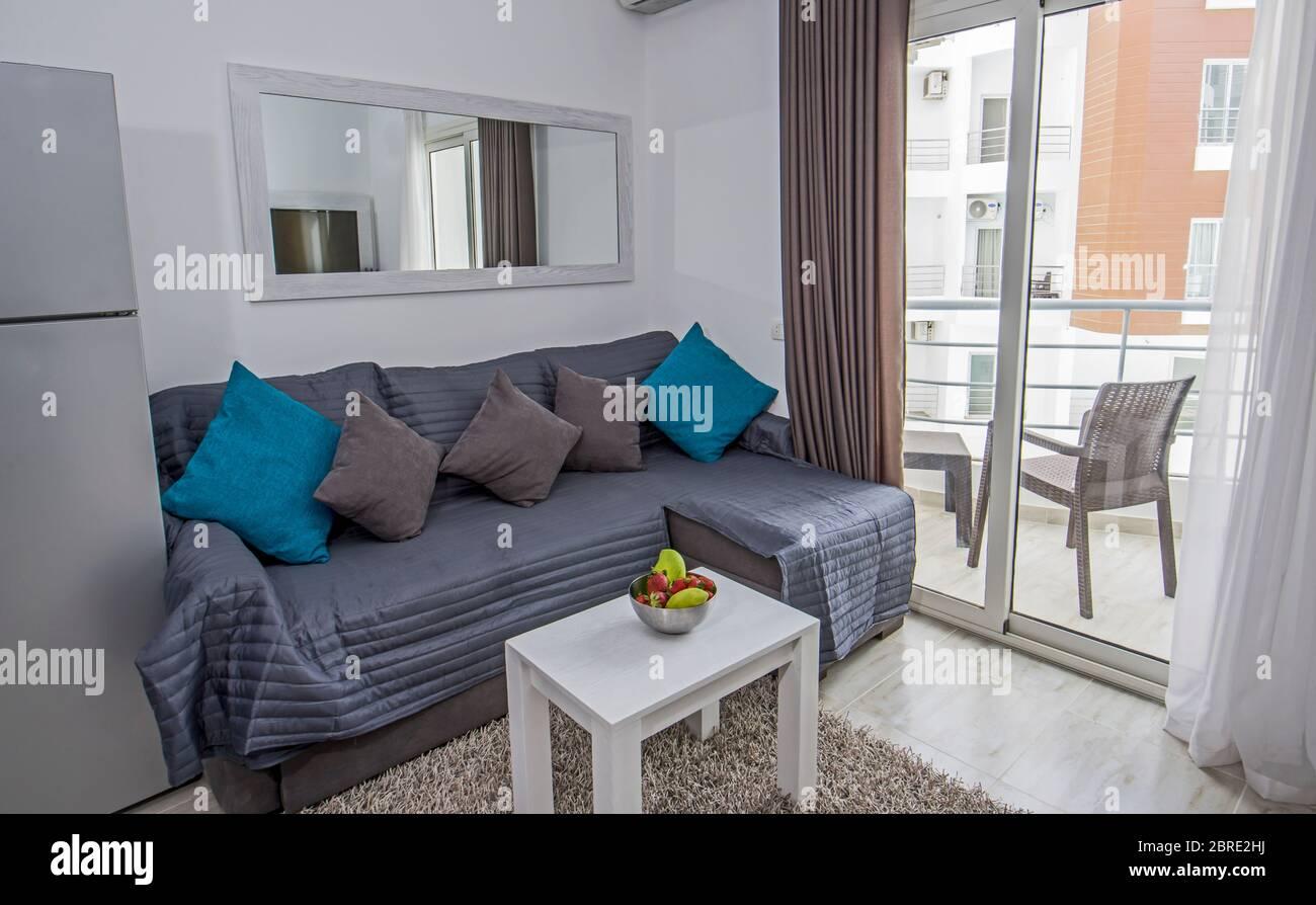 Wohnzimmer Lounge In Luxus Studio Apartment Zeigen Haus Mit Balkon Mit Innenarchitektur Dekor Einrichtung Stockfotografie Alamy