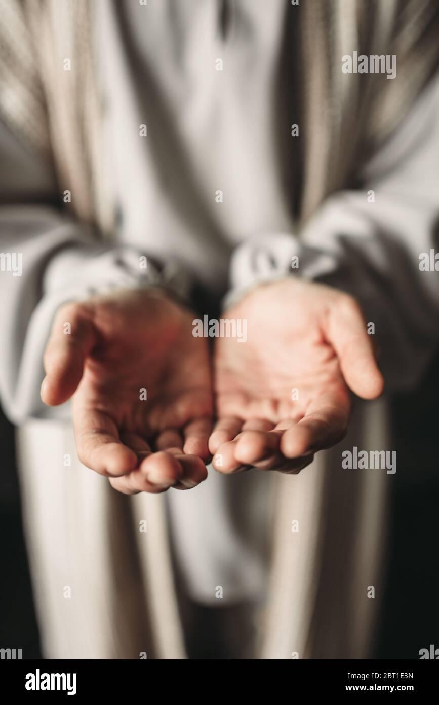 Mann im weißen Gewand erreichen seine Hand, Frieden Symbol. Gottes Sohn, der christliche Glaube, Gebet Stockfoto