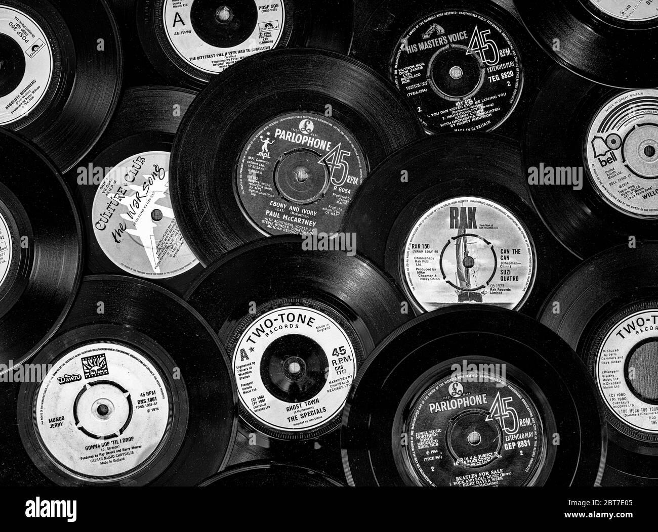 Auswahl an Vintage Vinyl 45rpm Singles mit verschiedenen Plattenlabels, die beliebte 7 Zoll Single wurde erstmals 1949 von RCA Victor veröffentlicht. Stockfoto