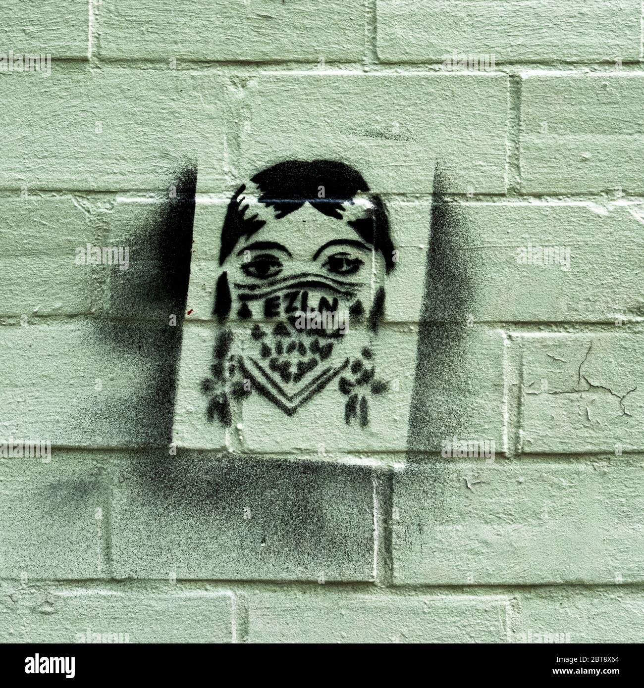 Street Art Schablone einer Frau mit einer schützenden Gesichtsmaske in der Worther Straße während der COVID-19 Pandemic, Prenzlauer berg, Berlin Stockfoto