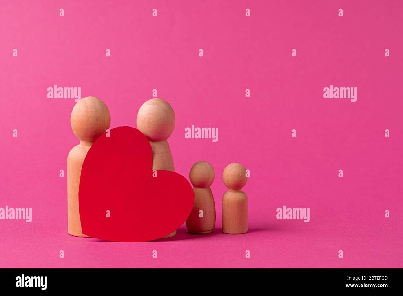 Kleine Holzfiguren von Familienmitgliedern. Symbol für Familienbeziehung Stockfoto