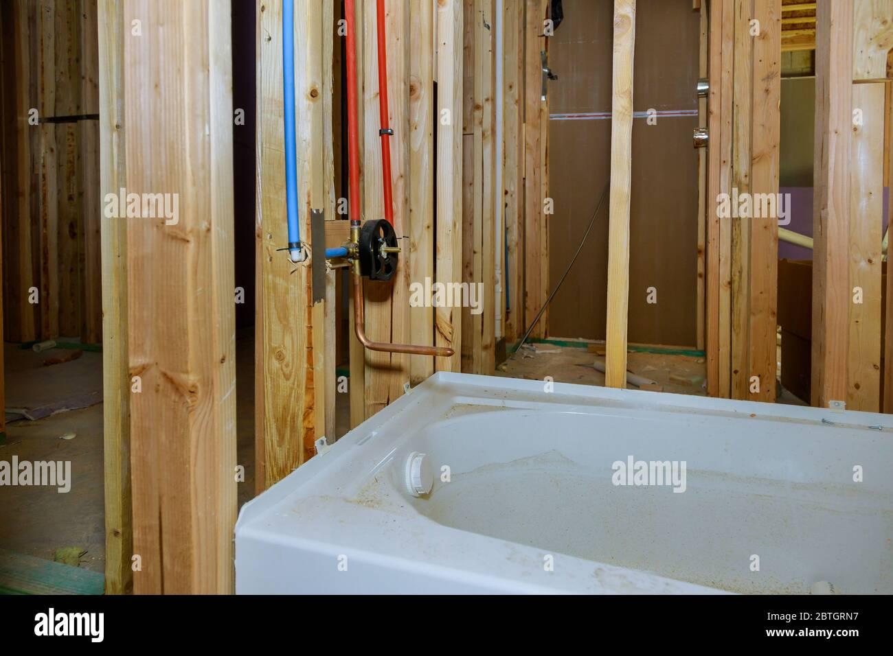 Neues Im Bau Befindliche Badezimmer Mit Innenrahmen Des Badezimmers Eine Neue Acryl Badewanne Stockfotografie Alamy