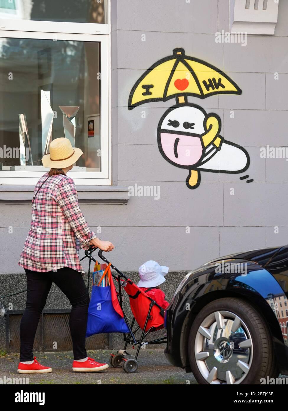 Dortmund, 26. Mai 2020: Maskenwürmer. Seit Ausbruch der Koronakrise im März 2020 sind kleine Corona-Virus-Graffiti mit Mundmaske eines unbekannten Sprayers an vielen Hauswänden in Dortmund zu sehen. --- Dortmund, 26.05.2020: Maskenwürmchen. Seit Ausbruch der Corona-Rise im März 2020 sind kleine Coronaviren-Graffitis mit Mundschutz eines unbekannten Sprayers an vielen Hauswänden in Dortmund zu sehen. Stockfoto