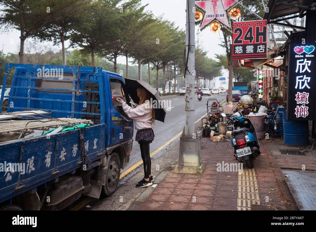 Hsinchu / Taiwan - 15. September 2019: Geschäfte, die Betelnüsse in den Straßen einer Stadt in Taiwan verkaufen Stockfoto