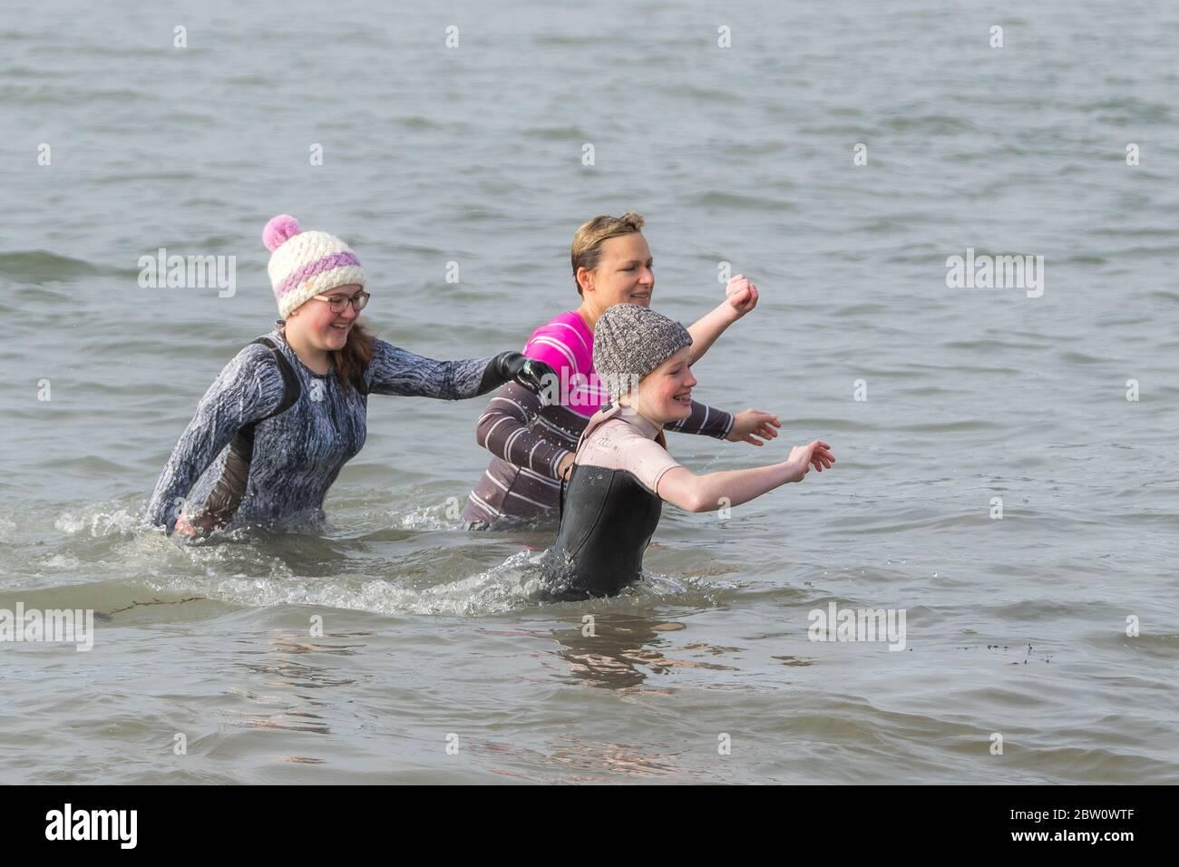 Baden mit gehen kleidung ins Wasser