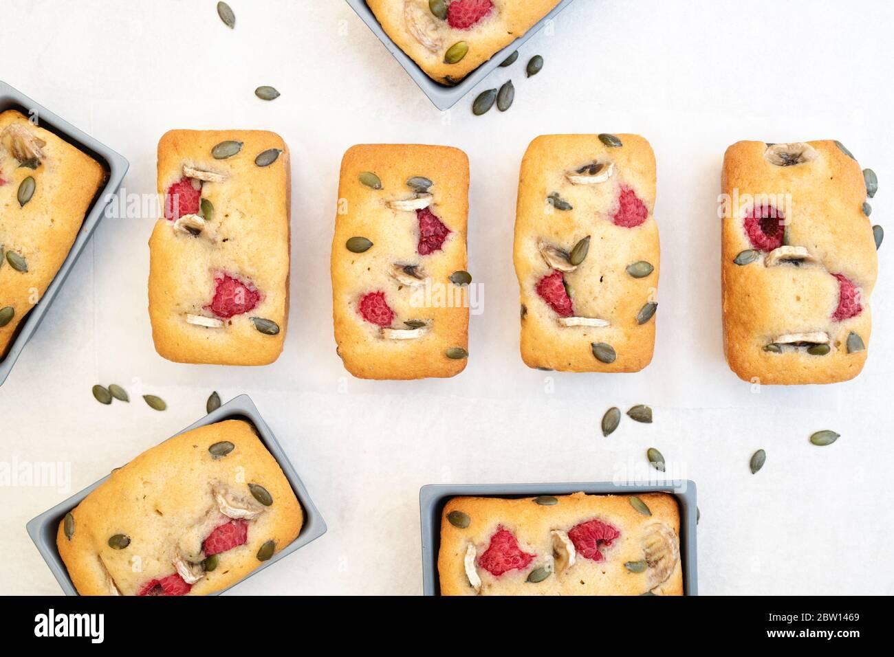 Hausgemachte Mini-Bananen und Himbeer-Laib Kuchen Stockfoto