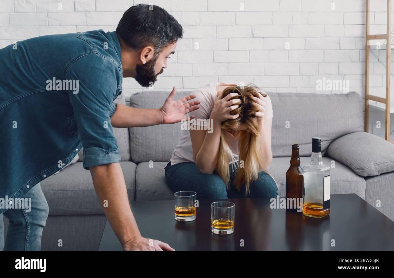 Betrunkene Blondine gibt Kopf