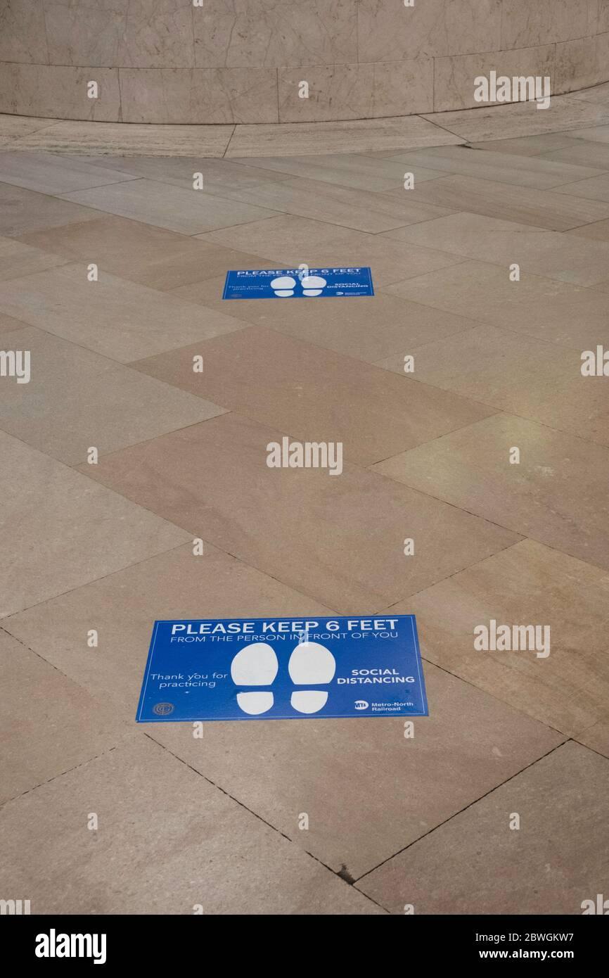 Soziale Distanzmarkierungen in Grand Central Terminal, New York City, USA Stockfoto