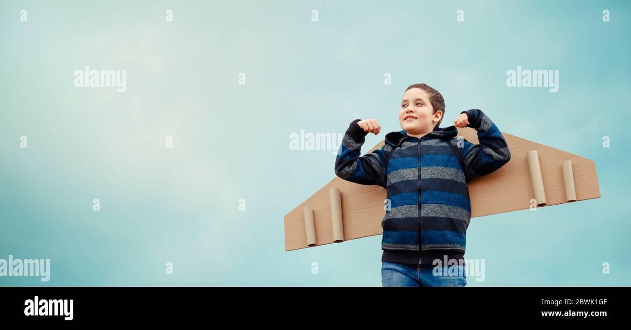 Happy Kindheitkonzept. Träume vom Fliegen. Kind mit Flügeln Flugzeug Stockfoto