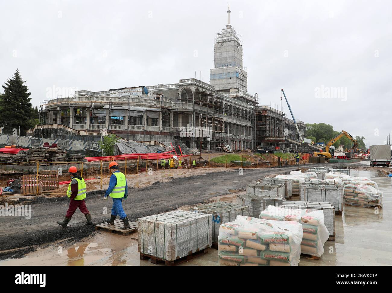 Moskau, Russland. Juni 2020. Arbeiter werden auf der Baustelle des North River Terminals gesehen. Kredit: Gavriil Grigorov/TASS/Alamy Live News Stockfoto