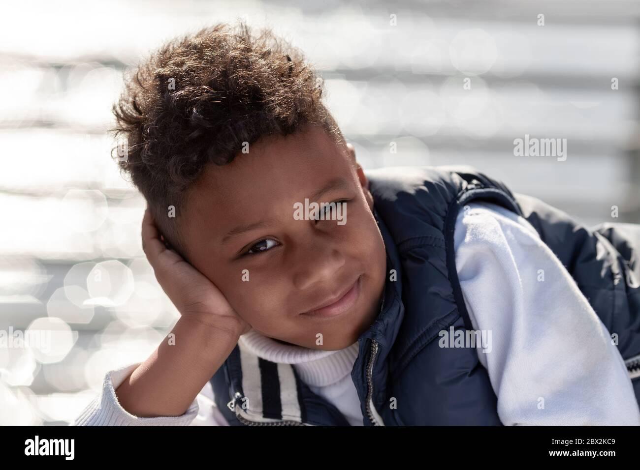 Porträt eines niedlichen kleinen afroamerikanischen Jungen lächelnd Stockfoto