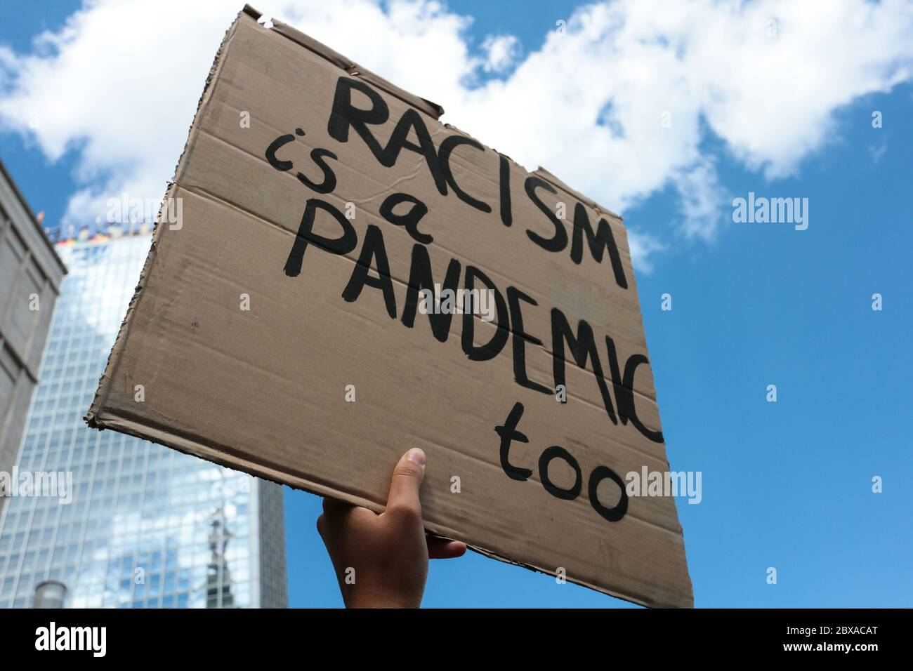 rassismus-ist-auch-eine-pandemie-schild-
