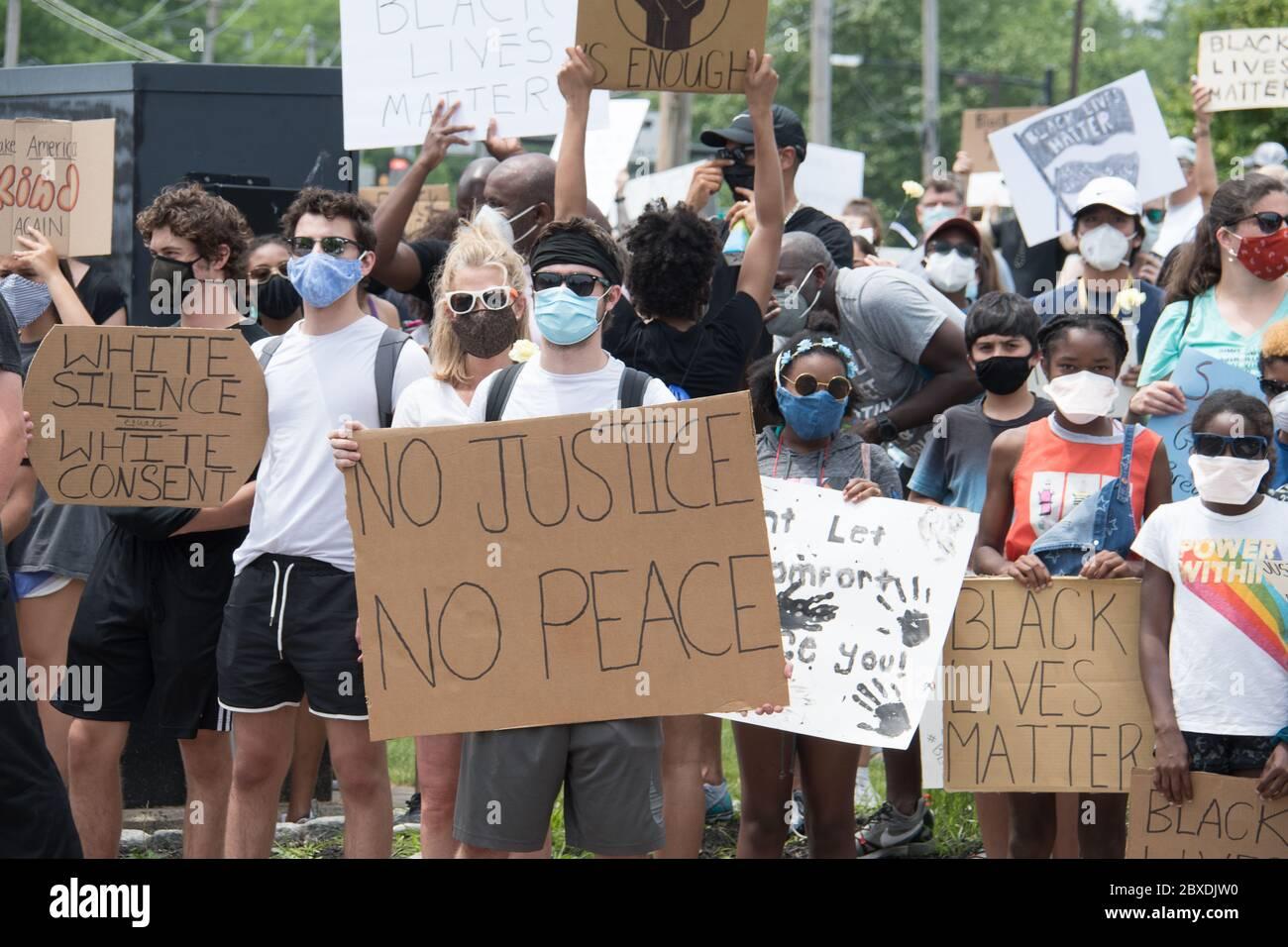 06. Juni 2020 - Newtown, Pennsylvania, USA - BLM, Black Lives Matter Protest, Protest nach dem Mord an George Floyd in Minneapolis. Stockfoto
