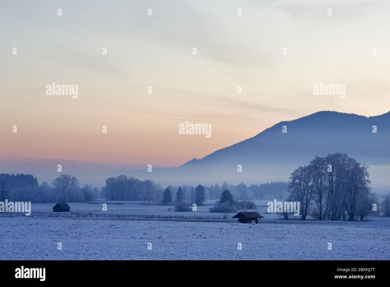 Morgenstimmung mit Raureif in bayerischen voralpen, deutschland Stockfoto