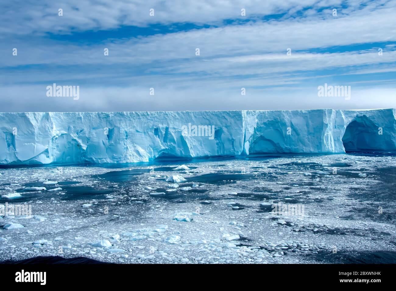Großer Eisberg in der Admiralty Bay Antarctica. Stockfoto