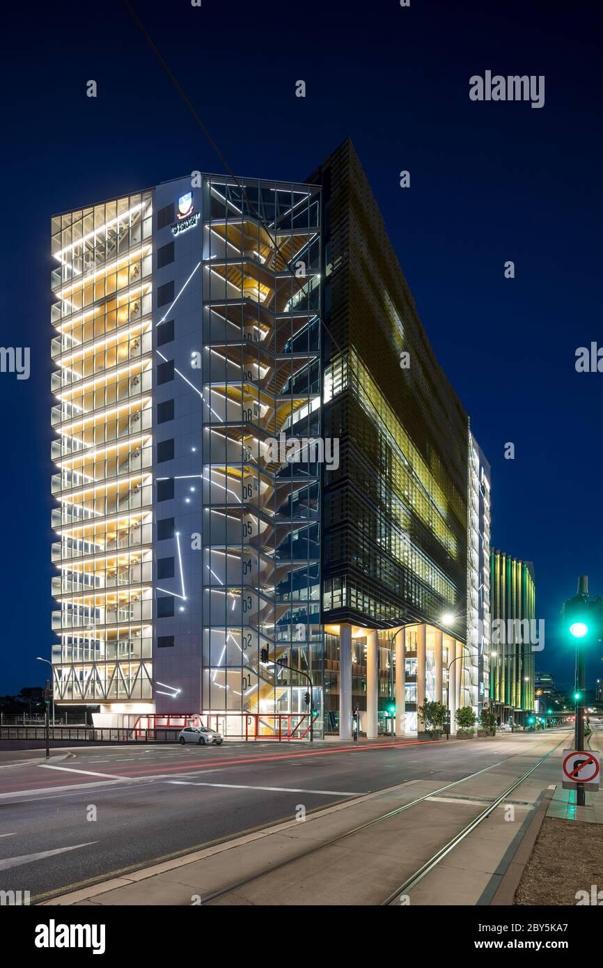 Adelaide South Australia 18. November 2019 : Nachtansicht der medizinischen und pflegerischen Schule, Teil der Universität von Adelaide, die sich auf No Stockfoto
