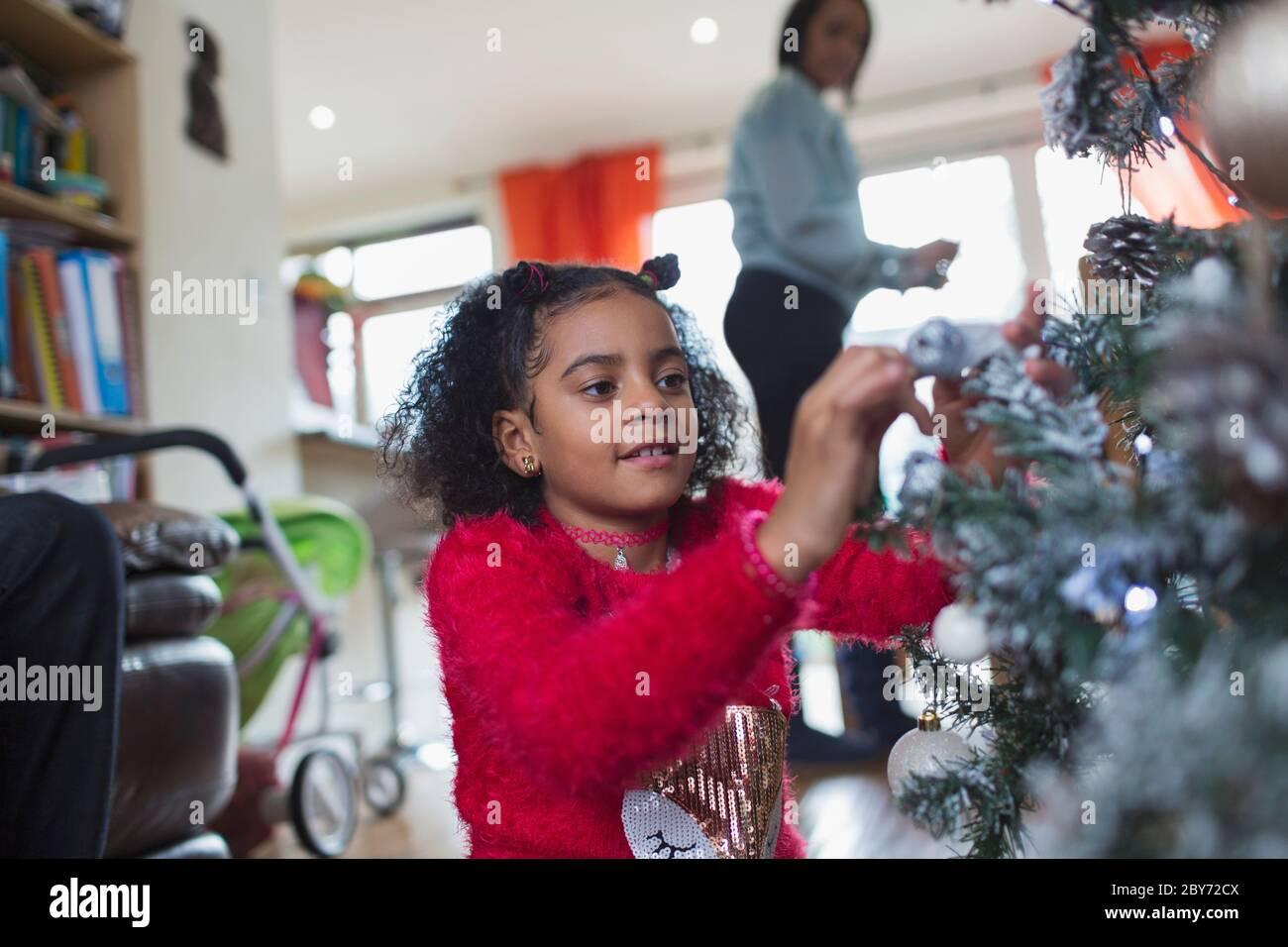 Mädchen schmücken Weihnachtsbaum Stockfoto