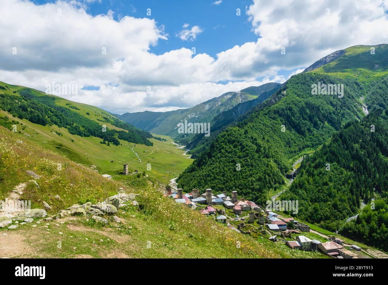 Svaneti Berg- und Dorflandschaft an der Trekking- und Wanderroute in der Nähe von Mestia Dorf in Svaneti Region, UNESCO-Weltkulturerbe in Georgien. Stockfoto