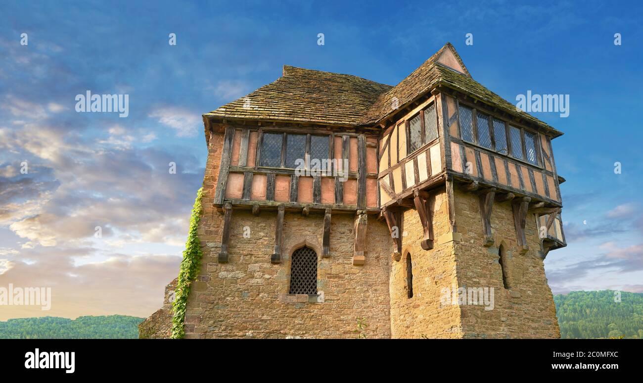 Der Fachwerkturm im Norden, erbaut in den 1280er Jahren, das schönste befestigte mittelalterliche Herrenhaus in England, Stokesay Castle, Shropshire, England Stockfoto
