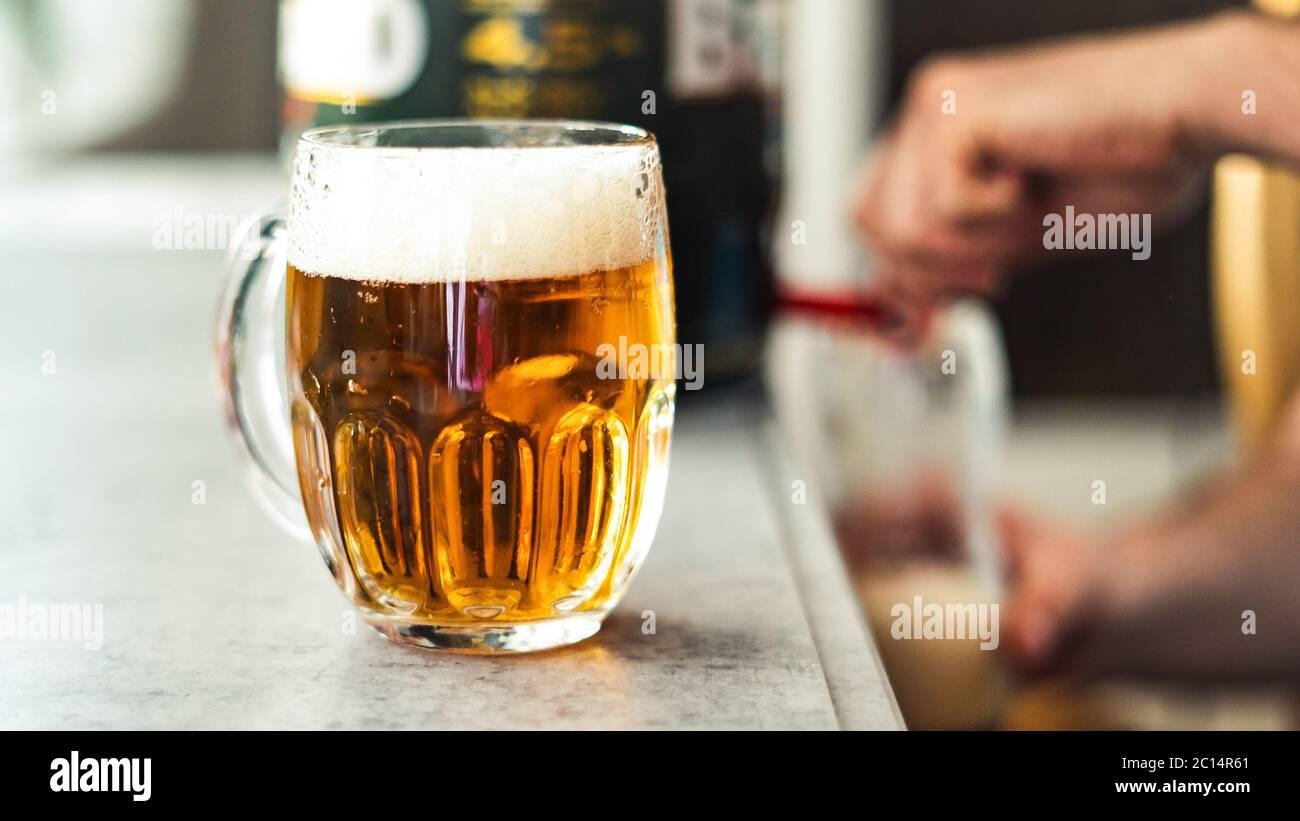 Ein Glas hausgemachtes Bier auf dem Tisch. Bier während der Quarantäne. Stoppen Sie Coronavirus Stockfoto
