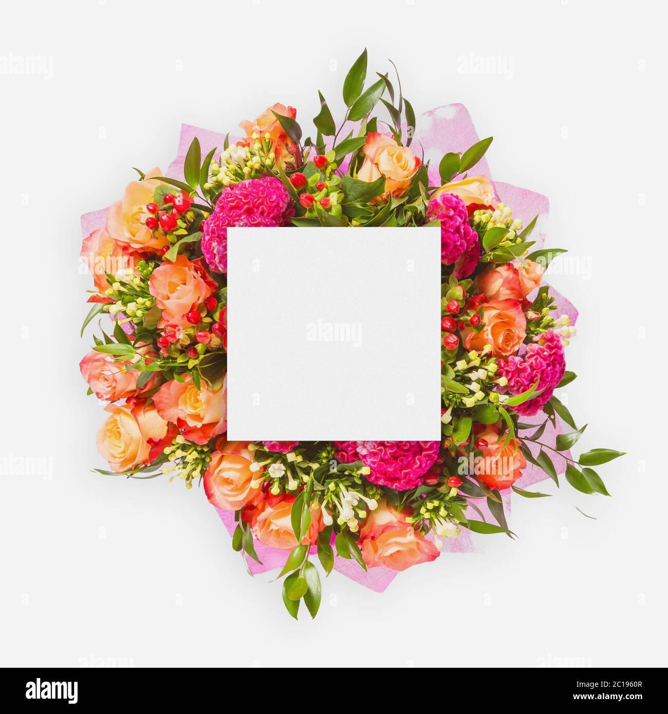 Kreatives Layout aus Blumen und Blättern mit Papierkartennummer. Flach liegend Stockfoto