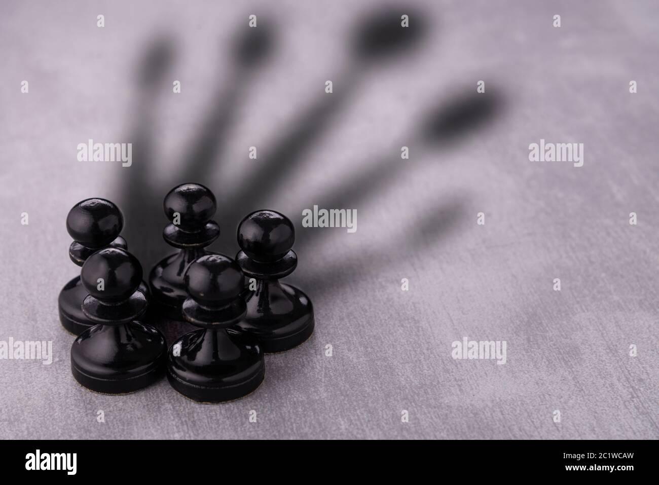 Schachfiguren-Kreis mit Schatten, der als Krone geformt ist Stockfoto
