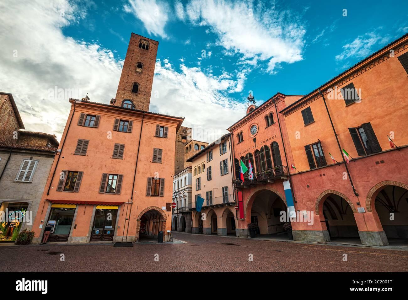 Alte bunte Häuser und mittelalterlichen Turm auf Kopfsteinpflaster Platz in der Stadt Alba, Piemont, Norditalien. Stockfoto