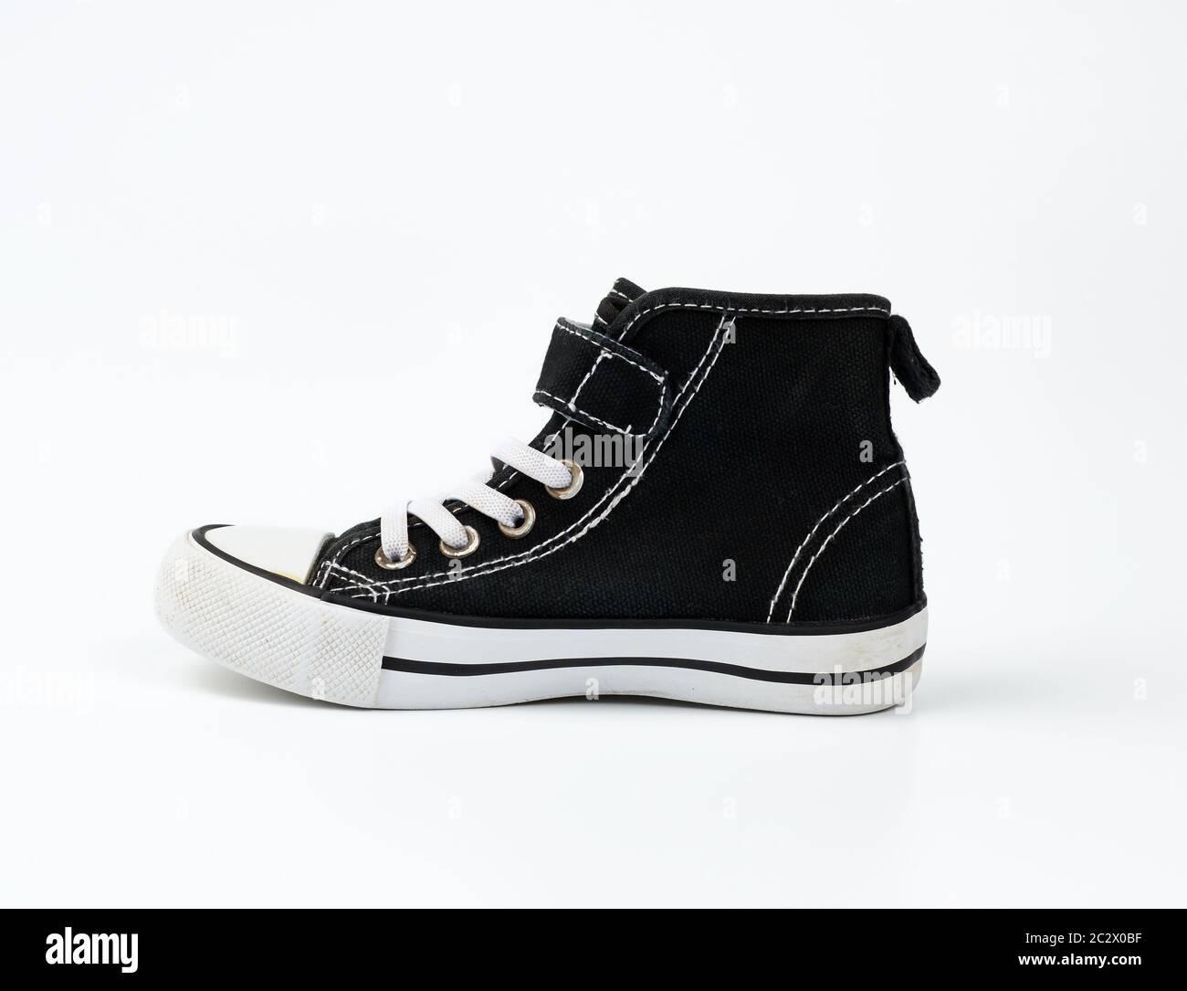 Schwarzer Textil Sneaker mit weiß gefesselten Schnürsenkeln