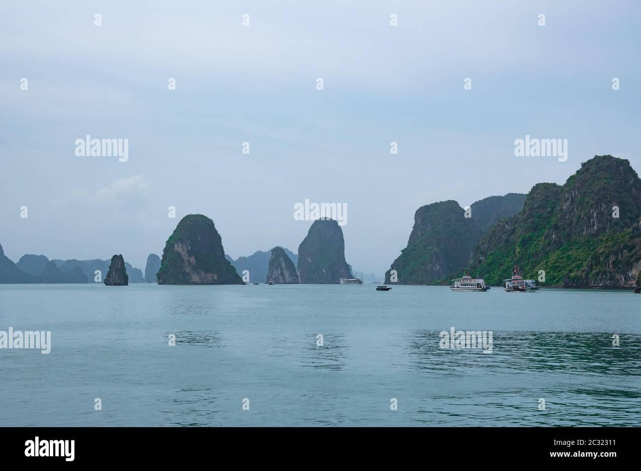 Blick auf HA LONG BAY - ein herrliches UNESCO-Weltkulturerbe und eines der sieben neuen Naturwunder der Welt. Vietnam. Stockfoto