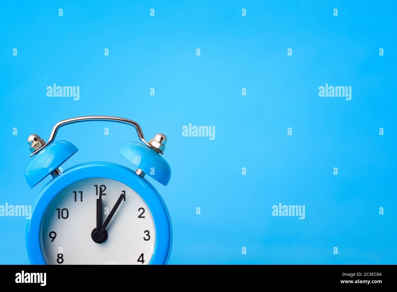 Uhrkonzept - Zeit, rechts leerer Ort, blauer Hintergrund Stockfoto